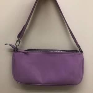 Intressekoll på denna Jättefina lila baguettebag! Älskar denna väskan jättemycket men den har tyvärr inte kommit så mycket till användning då jag inte brukar använda små väskor så ofta💕💕  dm vid intresse och priset går att diskuteras!💕💕