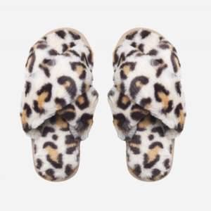 Helt nya och oanvända tofflor i storlek 38 (25cm). Nypris 549. https://americandreams.se/home/lou-faux-fur-slippers-beige-leo.html