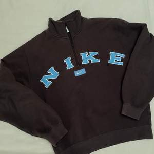 Äkta Nike x Vintage zip up sweater!! Tagged M, satt något mindre pga boxy fit. Tänkte ta en Intressekoll! Buda i kommentarerna 🤎 minsta höjning 20kr.   Avslutar 24h efter sista budet