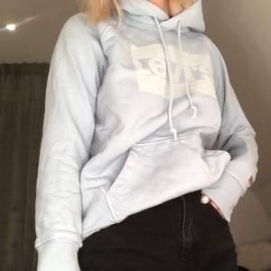 Oversized hoodie från Levis💙 Väldigt fint skick!