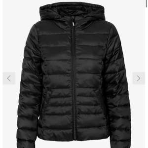 Säljer min jacka i strl M, den är i bra skick och sitter snyggt! Köparen står för frakt och betalning sker via swish.