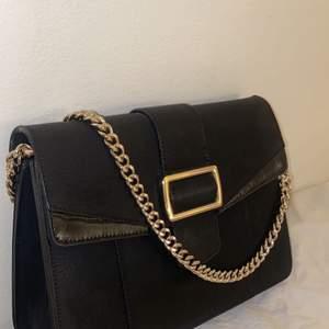 Fin väska från nakd, används aldrig och kan vara gladare hos någon annan :) Köpt för 299kr och använd en gång, så väldigt bra pris. 5 stora fack och ett litet, väldigt rymlig väska! 😁