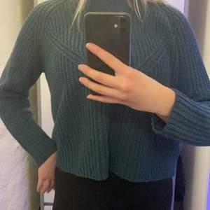Grön stickad tröja, osäker på var jag köpte med märket är Jacqueline de Yong. Storlek S. Säljer för 70kr+frakt