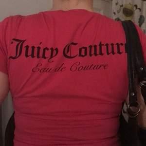 Oanvänd äkta juicy t-shirt,om fler är intreserade blir de budgivning ,kom privat för fler bilder och frågor.Storleken är L men skulle säga att den är mer som en s-m jag på bilden är en M💕