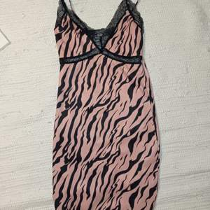 Väldigt bra skick då jag endast använt en gång. Aprikos zebra mönstrad klänning/nattlinne. Står ingen storlek men skulle säga att det är en XXS-XS. Kan självklart skicka fler bilder :)