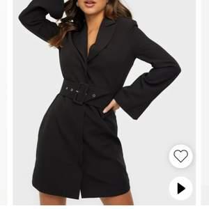 Jätte fin klänning ifrån Nelly, bara andvänd en gång och säljer pga att jag aldig andvänder den