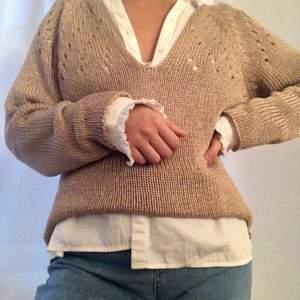 Guldig sticka tröja i storlek L från Esprit. Passar bra på mig som har storlek S vanligtvis. Styla gärna med någon skjorta under.