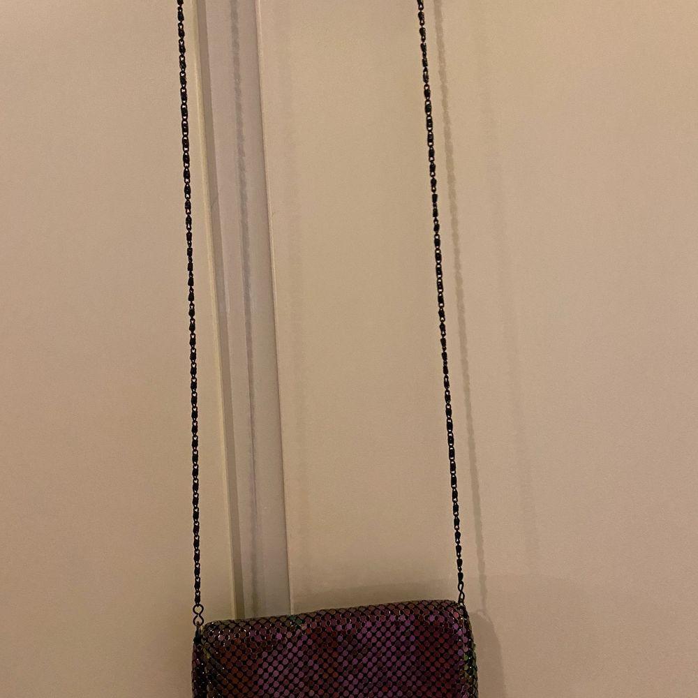 Två olika handväskor, lätt att bära med sig 30kr st . Väskor.