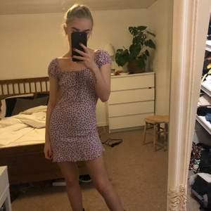 Motel rocks klänning i strl 34. Insydd något i sidorna då den var väldigt bred så uppskattas mer som en 32. E fast använd en gång 🥰