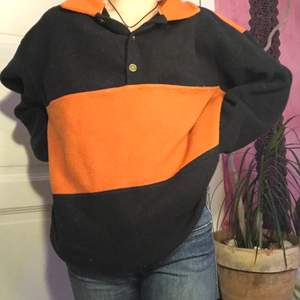 En svart och orange i storlek 158/164 men jag skulle säga att den passar större.