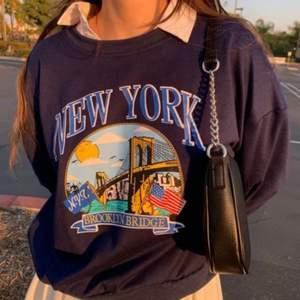 Säljer min nya marinblå sweatshirt i storlek S💕 materialet är ganska tunt men märks inte av om man har en skjorta eller liknande under