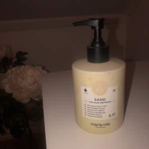 """Maria Nila color refresh i färgen """"sand"""", perfekt om du vill testa en annan färg på håret då den tvättas ur efter 10 tvättar. Endast använd två gånger, var för ljus för min smak. Nypris 259kr. 📦Köparen står för frakt!"""