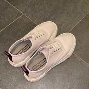 Snygga Eytys x H&M skor som tyvärr används för lite. Sparsamt använda så i bra skick! Svagt ljusrosa/lila i tonen och fräscha till våren och sommaren.