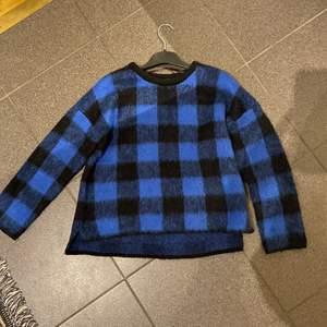 Ascool och snygg stickad tröja. Säljes då den tyvär inte kommer till användning. Är i storlek XS💞