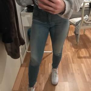 Blå jeans med slitningar längst ner i storlek W25 L28. Skulle säga att dom passar en XS/S. Jeansen är från replay och är inte använda särskilt mycket alls. Köparen står för frakten