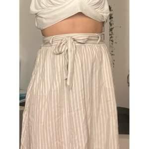 Såå söt kjol från ONLY i strl 38. Köpt i Italien och edans använd enstaka gånger och har därför ett jättefint skick.🖤🖤 nypris: 200kr, Nu:100kr. Pris kan diskuteras..🖤