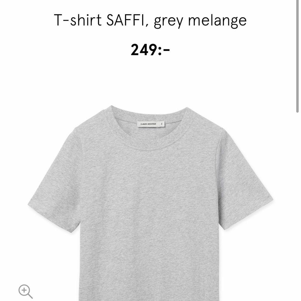 Helt oanvänd ljusgrå Carin Wester t-shirt! 150 ink frakt . T-shirts.