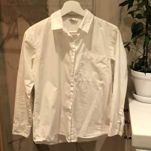 Står storlek 158, skulle säga att den passar XS-S. Har använt den under andra tröjor, säljs pga. Att den är för liten💕 Kan eventuellt mötas upp i Stockholm om önskas😊