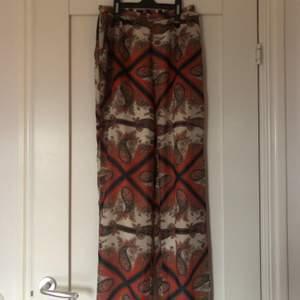 Ett par flowiga byxor med hippie vibe/70s vibe som jag inte använder längre. De är otroligt sköna och är i nyskick