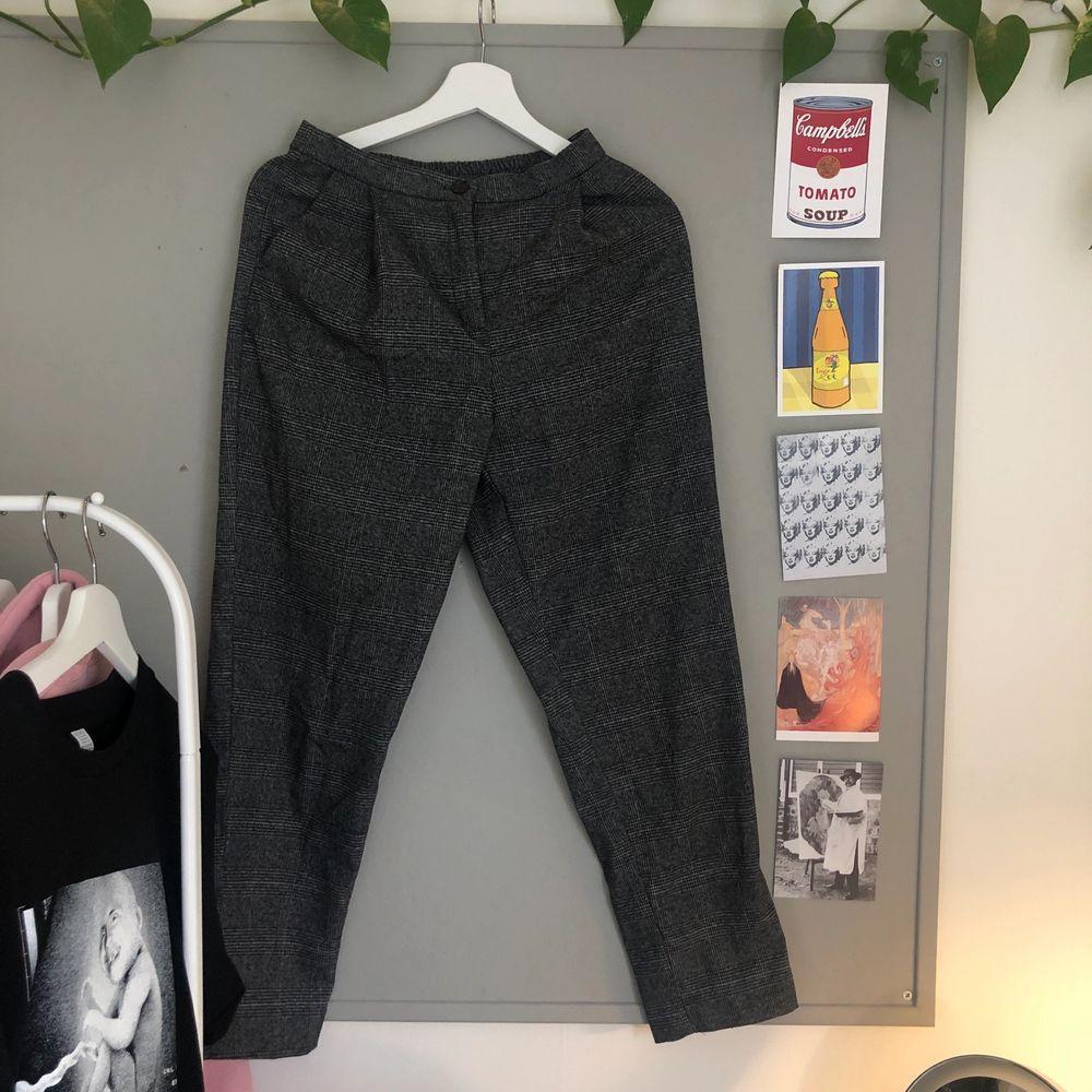 kostymbyxor från monki 🤍 Frakt: 60kr . Jeans & Byxor.