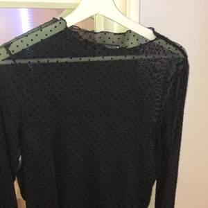 Säljer en tröja från Zara som knappt kommit till användning. Så den är som nyköpt och inga som helst skador. Har den i strl M så den sitter lite större på mig. Har som sagt ett lite genomskinligt svart mönster med prickar och är fin att ha något plagg under så som linne etc💕