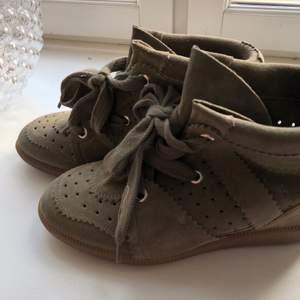 """INTRESSEKOLL!! """"Bobby suede Wedge sneakers"""" från isabel marant! Den mest populära skon och i SUPERSNYGG färg. Köpa på Nathalie schuterman i Stockholm för 4500kr. Dessa är endast använda 1 gång så ser helt nya ut! Dustbag medföljer!"""