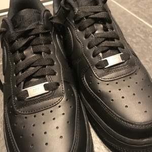 Ett par oanvända Nike air force låga! Dem är icke använda och är köpta på footlocker i Mall of Scandinavia. Säljer dem nu pga fel storlek till mig. Storlek 40 men passar utmärkt för dem med storlek 39.
