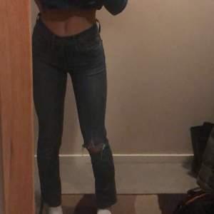 Säljer mina föredetta favvo levis jeans:( Modellen är slimming slim, har gjort hålet själv💕buda