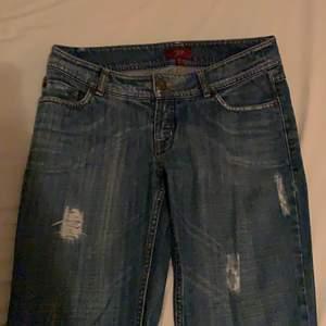 asballa jeans med slitningar/hål och coola bakfickor! ganska vida i benen och i fint skick:) frakt tillkommer🍄