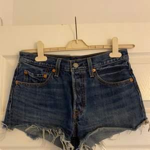 Blåa shorts från Levi's. Använd några gånger, väldigt bra skick + man får en väldigt fin rumpa i dem då de framhäver formerna. Fraktkostnad tillkommer