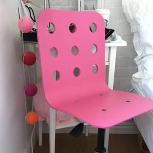 Rosa Skrivbordsstol i mycket bra skick! Skrivbordsstolen är både höj och sänkbar samt rullbar. Har några få små skråmor/skärpor. Bredd: 58 cm Djup: 56 cm Sitsbredd: 35 cm Sitsdjup: 32 cm Ordinarie pris: 350 kr