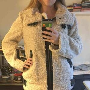 Skön och varm ulljacka. Köpt på Zara 2017. Fint skick!