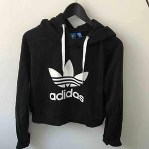 Croppad hoodie från Adidas. Aldrig använd.