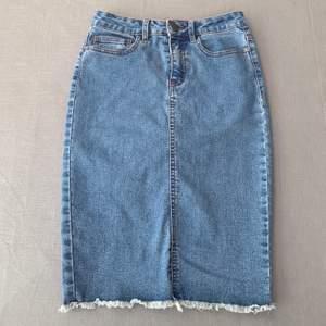 Jättefin lite längre jeanskjol i nyskick! Kjolen är köpt på vero Moda och endast använd några få gånger. Skriv på dm för mer bilder eller om ni har frågor. Pris kan diskuteras. Köpare står för frakt.