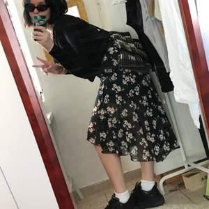 High-low blommig kjol • tajt upptill och väldigt flowig nertill • kommer med ett litet bälte i samma tyg