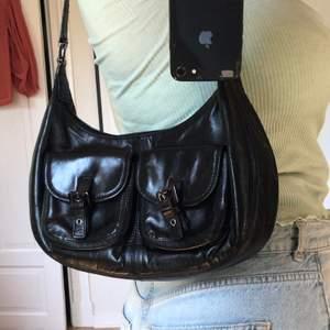 Super snygg väska som är köpt på second hand i svart skinn (kan vara fake). Perfekt i storleken och väldigt rymlig. Många fack och ett reglerbart band. Jag har inte använt den särskilt mycket, därav säljes den. Köpt för 200, köpare står för frakt. Pris kan diskuteras.