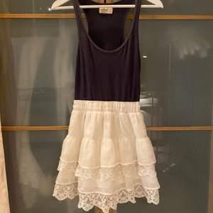 Klänning som är en vit kjol ihopsatt med ett blått linne. Super gullig och sitter så skönt på! Går att använda den som en kjol också ifall man vill matcha den med en annan tröja!💕