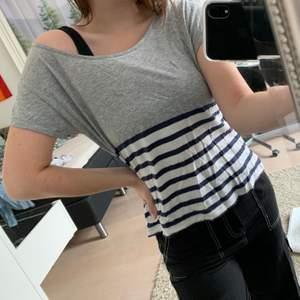 En grå/randig lös tshirt från en Holly White kollektion från Lindex. Väldigt bekväm att ha på sig. Har ett litet hål vid lappen, men syns knappt. En snabb affär uppskattas 💞