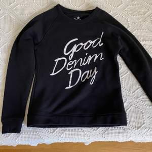 Svart sweatshirt i strl XS. Helt oanvänd och säljs då jag inte kommer ha någon användning för den i framtiden heller. Pris 100kr + frakt💞