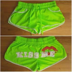 Supersnygga KISS ME 💋 Limegröna shorts, köpta på TAXI i Köpenhamn. Storlek M, men jag skulle säga att de är mer i S. Pris är INKLUSIVE frakt.