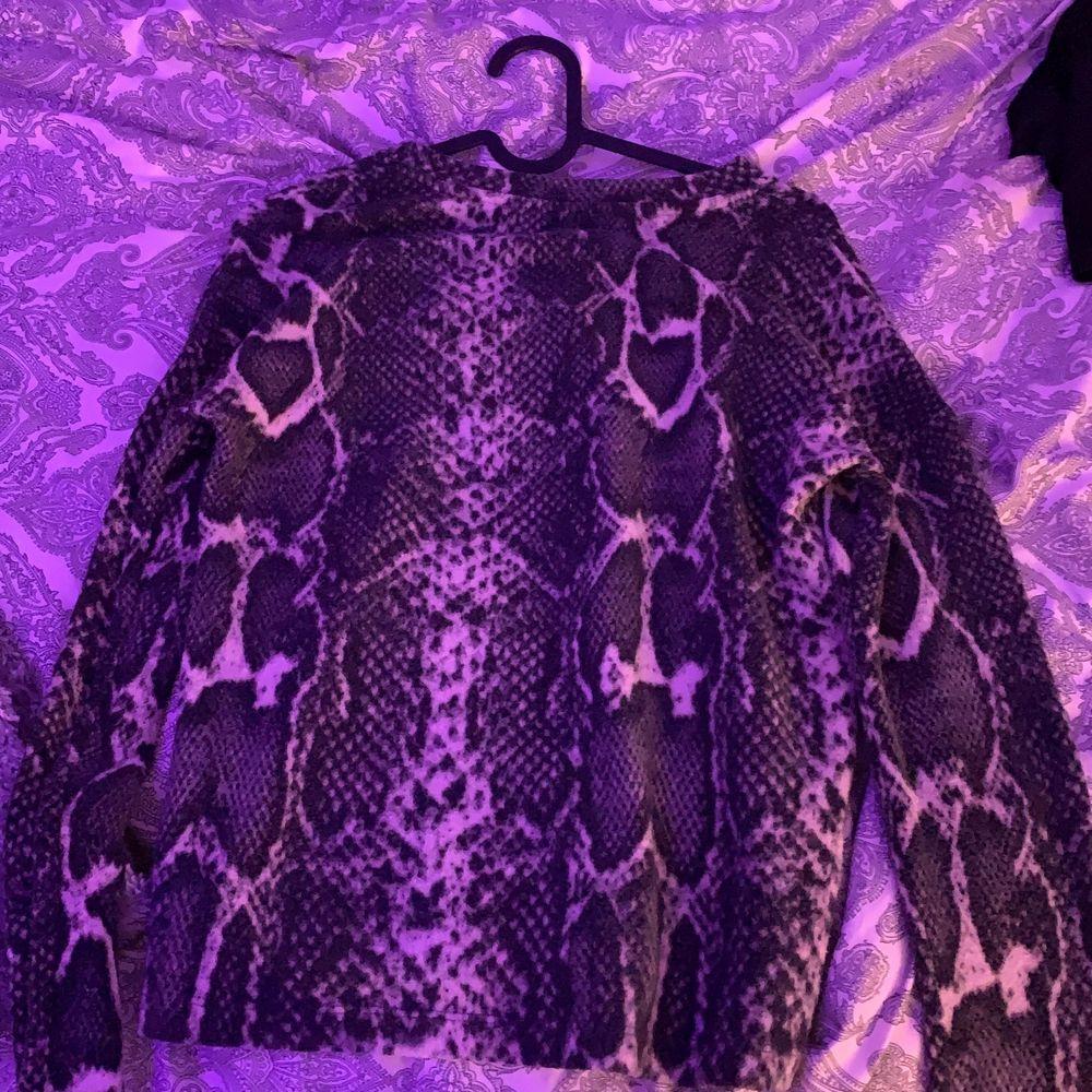 Jätte fin tröja från ginatricot men har aldrig använts utan hänger bara i min garderob därmed säljer jag den. Pris 70+frakt . Tröjor & Koftor.