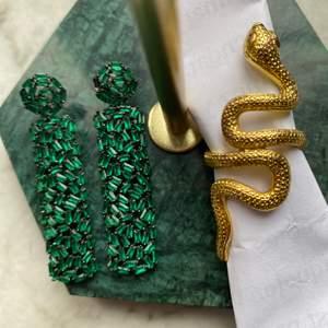 Så himla snygga örhängen från pearls for girls, orm ring från by Anastasia! Ringen är i storlek M. Örhängena köptes för 400kr säljer för 100, ringen köptes för ca 100kr och säljer för 50 ☺️