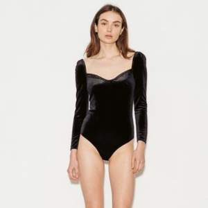 Black velvet square neck bodysuit with puff sleeves from Paige. Never worn, like new. Price new 1100 SEK.