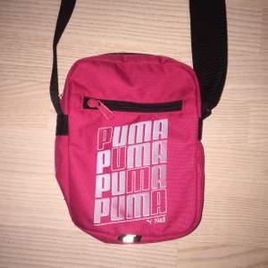 jättefin rosa sidebag från puma!! 💖💖 köpt på humana men kommer inte till användning☹️reglerbart band så passar alla!! hör av er vid frågor