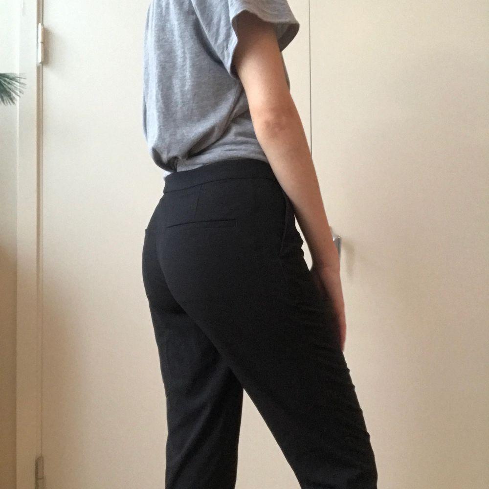 Dessa kostymbyxor från Monki som är i ny skick. Storlek 38 (inte min storlek, testar endast för bilderna)  frakt:51 kr m postnord ✨. Jeans & Byxor.