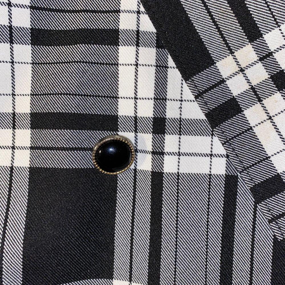 En over sized kavaj i svartvitt-rutigt mönster! Lite axelvadd och stor i storleken 💜 jättefin i kvalitén! Jag har haft den som jacka på på våren men funkar såklart som innekavaj också💜. Kostymer.