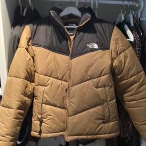 HERR jacka från North Face, Storlek S. Den är i en senapsgul/ beige färg som är asnajs och unik. Inga tecken på slitage! Killen på bilden är ca 185cm för referens:)