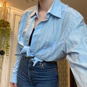 Fin blå skjorta köpt på sellpy. Endast använd nån gång. Väldigt fint skick. Strl M, jag har vanligtvis S. 100 :- plus frakt