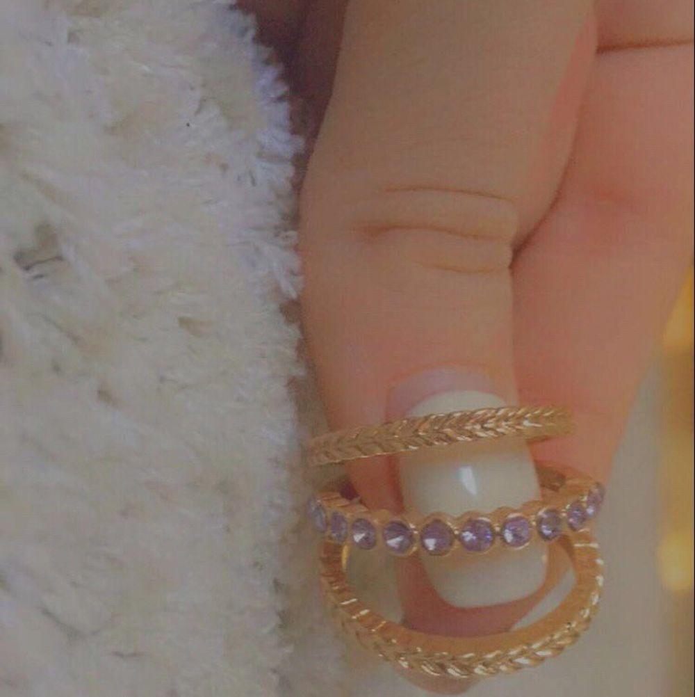 6 stycken jättefina guld/lila ringar. Säljes då de är förstora för mig. Strlk M, stod det på förpackningen. Säljes för 15 kr styck, eller 80 kr för alla. Du betalar frakt:). Accessoarer.