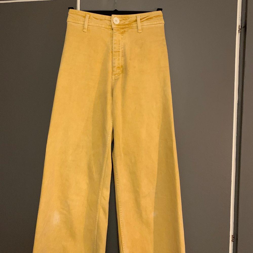 Jeans från zara i en så fin gul färg💛. Använda några gånger men fortfarande i bra skick. De blekta fläckar som man ser på bild två under knäna är inte sådär tydliga i verkligeheten💞. Utan de är en jämnare färg. Nypris 399 mitt pris 160kr inkl frakt. Skriv privat vid intresse😊💞 (OBS färgen kommer fram bäst på första bilden de är i en ljus snapsgul färg). Jeans & Byxor.